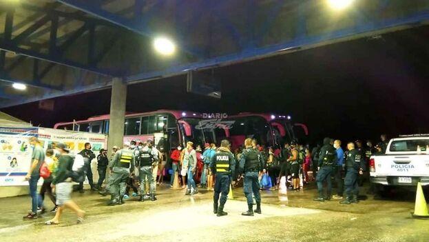 Agentes de la Fuerza Pública y de la policía de Migración de Costa Rica custodiaron los autobuses. (Diario Extra)