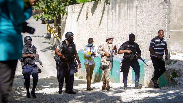 Agentes policiales cerca de la casa del asesinado presidente haitiano, Jovenel Moïse, este miércoles en Puerto Príncipe (Haití). (EFE/Jean Marc Herve Abelard)