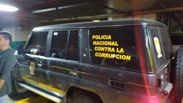Agentes de Policía entraron en la Torre Zurich, donde está el despacho de Juan Guaidó. La oposición los acusa de allanamiento y el Gobierno alega investigar un caso de corrupción. (Efecto Cocuyo)