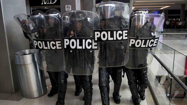 Agentes de la Policía Nacional desalojan a periodistas tras llegar a un centro comercial para disolver una protesta express contra el Gobierno del presidente Daniel Ortega. (Jorge Torres /EFE)