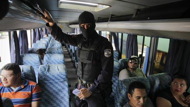Agentes de la Policía Nacional Civil brindan seguridad a pasajeros y transportistas en El Salvador. (EFE/Oscar Rivera)