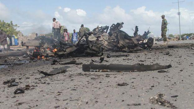 Agentes de seguridad inspeccionan el lugar donde se ha producido una explosión en Mogadiscio. (EFE)