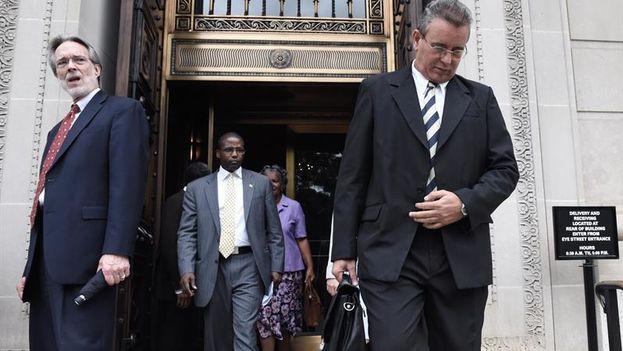 El ministro de Agricultura de Cuba, Gustavo Rodríguez Rollero, a la derecha, a su salida este jueves de una conferencia en la Cámara de Comercio de Estados Unidos, en Washington. (EFE/Lenin Nolly)