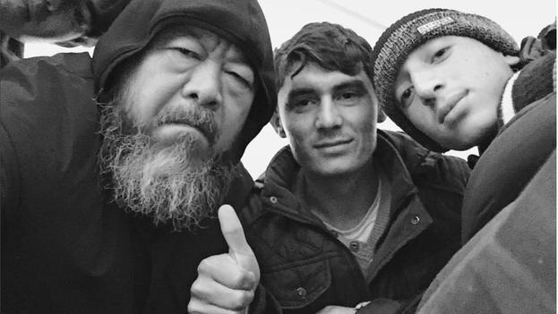 Ai Wei Wei junto a refugiados sirios en Grecia. (@aiww/Instagram)