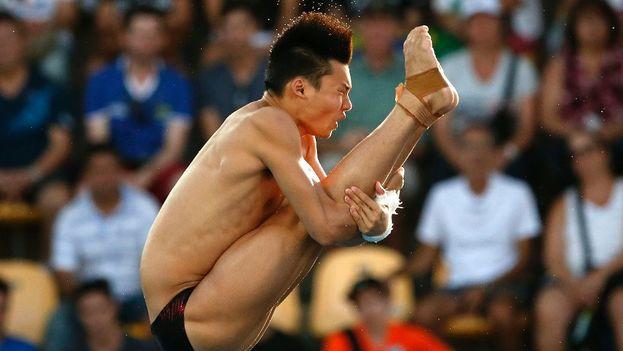 El saltador chino Aisen Chen, compitiendo desde la plataforma de 10 metros./Patrick B. Kraemer (EFE)