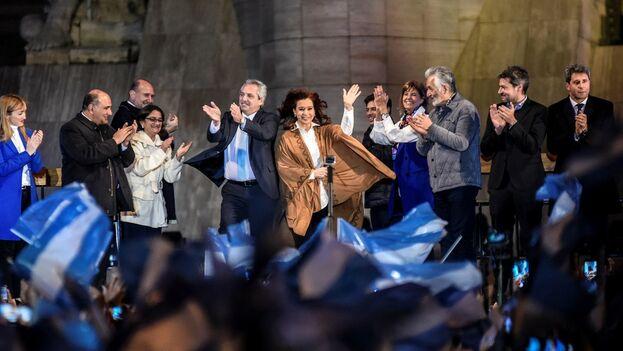Alberto y Cristina Fernández en un acto electoral en Rosario. (EFE)