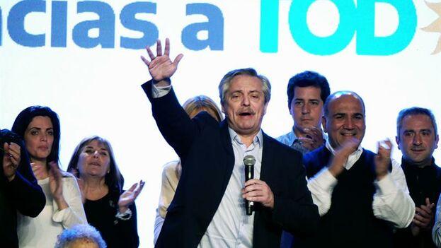 Alberto Fernandez habla durante un acto este domingo en el búnker del Frente de Todos, en Buenos Aires (EFE/ Enrique Garcia Medina)