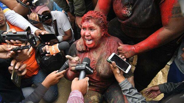 Una turba incendió la Alcaldía de la ciudad boliviana de Vinto, cuya alcaldesa, la oficialista Patricia Arce, fue arrastrada por calle y vejada hasta que fue rescatada por la Policía. (EFE/Jorge Ábrego)