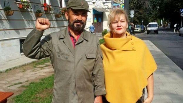 Alejandro Castro, presunto hijo de Fidel, con su madre en una fotografía por cortesía de Novosti Costa Mediterráneo. (Crónica/El Mundo)