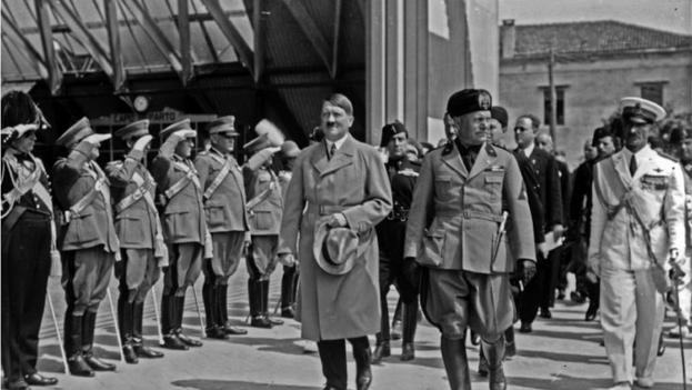El líder de la Alemania nazi, Adolf Hitler y el líder fascista italiano, Benito Mussolini. (Archivo)