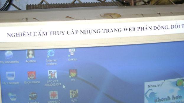 """Alerta en una computadora en un cibercafé de Vietnam que recuerda a los usuarios que tienen prohibido acceder a sitios con contenido """"reaccionario"""" o """"depravado"""". (CC/Flickr)"""