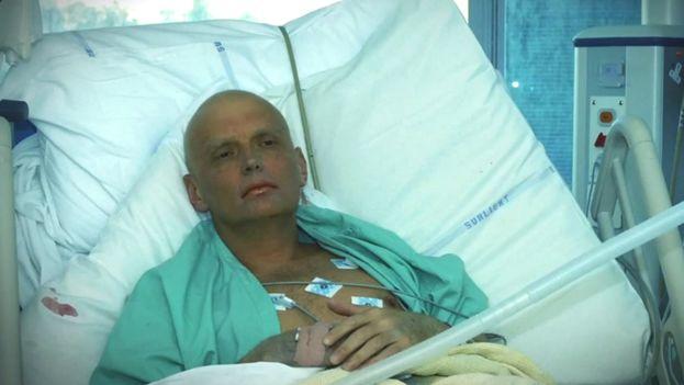El exespía ruso Alexandr Litvinenko fue hospitalizado por envenenamiento con polonio radiactivo. (Youtube)