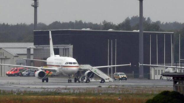 El avión que trasladó al opositor ruso Alexéi Navalni de Omsk a Berlín. (EFE/EPA/Filip Singer)