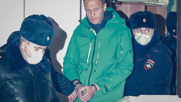 El opositor ruso Alexéi Navalni saliendo esposado de una comisaría en las afueras de Moscú, el pasado lunes. (EFE/Sergei Ilnitsky)