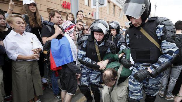 El opositor Alexéi Navalni, organizador de las marchas de protesta contra la corrupción convocadas este lunes por toda Rusia, cambió en el último momento en Moscú el lugar del evento. (EFE)