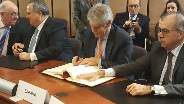 Alfonso Dastis, ministro de Exteriores español, firma el acuerdo entre la UE y Cuba en representación de España. (@AlfonsoDastisQ)