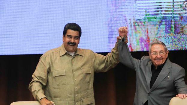 Raúl Castro y Nicolás Maduro en el 22 aniversario de la Alianza Bolivariana de los Pueblos de Nuestra América. (@Prsena Presidencial)