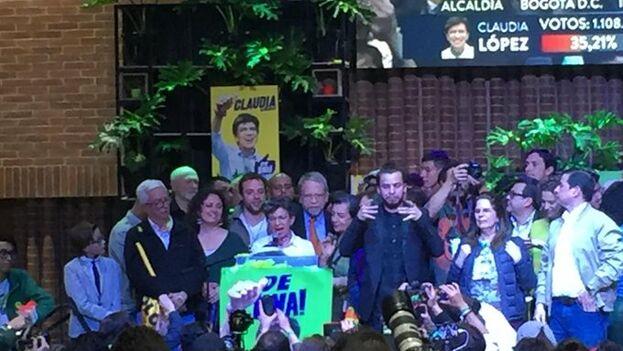 La candidata de la Alianza Verde, Claudia López, celebra su victoria como alcaldesa de Bogotá. (@ClaudiaLopez)