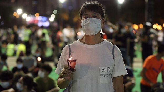 La Alianza de Hong Kong de Apoyo a los Movimientos Democráticos Patrióticos de China invitaron a guardar a las 20:09 hora local un emocionante minuto de silencio en memoria de las víctimas. (@HongKongFP)
