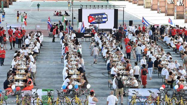 Almuerzo en Turín este domingo para despedir a los sanitarios cubanos que ayudaron contra el coronavirus. (EFE)