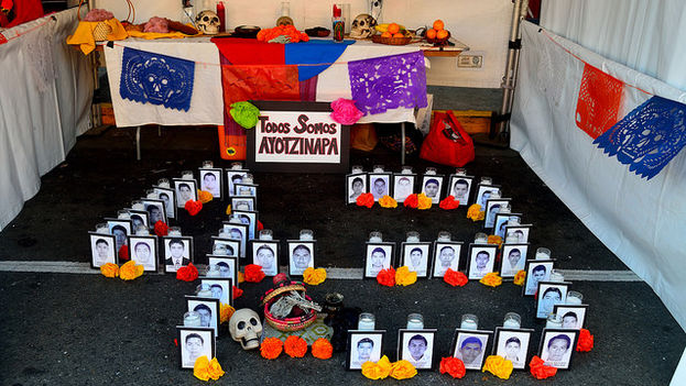 Altar en memoria de los estudiantes de Ayotzinapa por el día de los muertos. (Tom Hilton/Flickr)