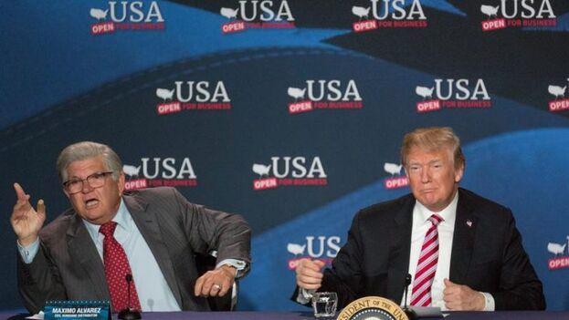 El empresario cubano Máximo Álvarez y Donald Trump, durante una mesa redonda en el centro de negocios de Bucky Dent Park en Hialeah, Florida, en 2018. (EFE/Cristóbal Herrera)