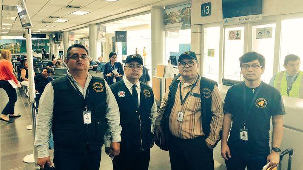 Álvaro Leiva (segundo por la izquierda) junto a otros miembros del equipo en el aeropuerto de Honduras hacia Costa Rica. (@PauloAbrao)