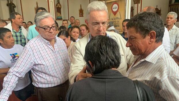 Álvaro Uribe acompañó a los familiares de Orley García en el funeral. (@CeDemocratico)