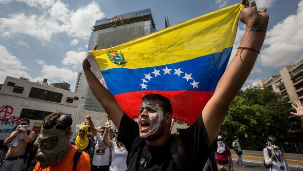 """Bajo el lema """"Yo firmo contra el golpe"""" decenas de ciudadanos en estados como Delta Amacuro (noreste), Aragua (centro), Falcón (noroeste), así como en Caracas, asentaron sus datos en los formularios que la oposición ha dispuesto en todo el país. (EFE)"""