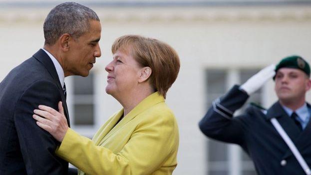 El presidente estadounidense, Barack Obama es recibido por la canciller alemana, Angela Merkel en el castillo de Herrenhausen en Hannover , Alemania. (EFE)
