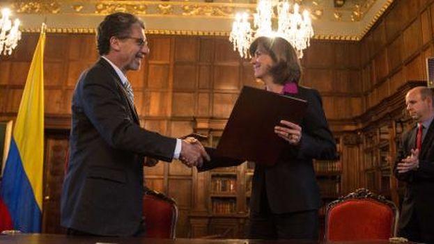 María Ángela Holguín recibe el documento de ingreso en el programa Global Entry. (Cancillería de Colombia/Twitter)
