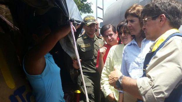 María Ángela Holguín visita a los deportados en la frontera en la comunidad de La Playa en Villa del Rosario. (Cancillería de Colombia/Twitter)