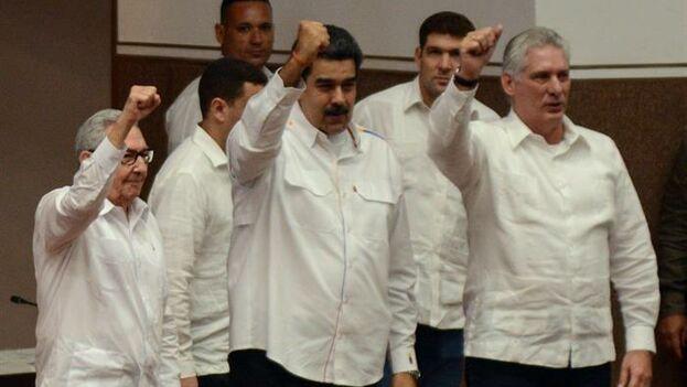 Castro, Maduro y Díaz-Canel saludan en la clausura del Encuentro Antimperialista de Solidaridad, por la Democracia y Contra el Neoliberalismo en el Palacio de Convenciones, en La Habana. (EFE/ Marcelino Vasquez/Agencia Cubana de Noticias)