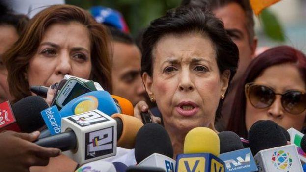 Antonieta Mendoza, madre del opositor venezolano Leopoldo López, ofrece declaraciones a periodistas en las afueras del Palacio de Justicia de Caracas (Venezuela). EFE