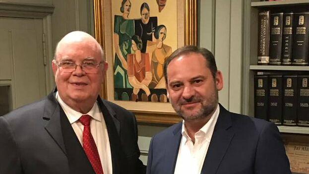 Antonio Ecarri, designado por Guaidó como embajador en España, con el ministro de Fomento en funciones y secretario de organización del PSOE José Luis Ábalos. (@DiplomaciaVE_ES)
