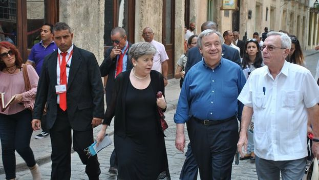 Antonio Gutierres y Alicia Bárcena durante su recorrido por La Habana Vieja. (@cepal_onu)
