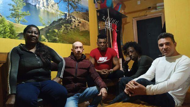 Clara Elsi Felipe, Juan Carlos de la Cruz, Pável Roque, Marco Antonio Herrera y Rafael Casete, migrantes cubanos en Rusia. (El País/María Sahuquillo)