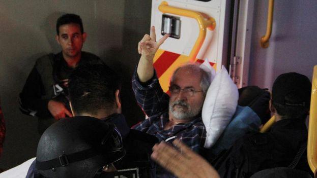 Antonio Ledezma es trasladado desde el Urológico a su domicilio en ambulancia. (Marisela Castillo/Twitter)