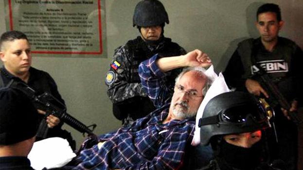 Antonio Ledezma saliendo del hospital. (Twitter)