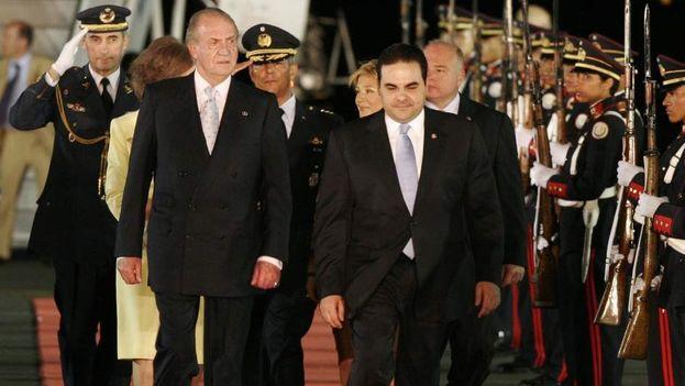 Antonio Saca en una imagen de archivo recibiendo al rey Juan Carlos en El Salvador. (EFE)