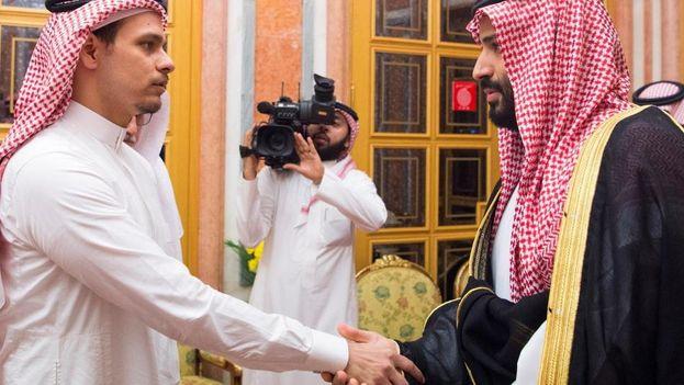 """El príncipe heredero de Arabia Saudí, Mohamed bin Salman (derecha), recibe a Salah bin Jamal Khashoggi (izquierda), uno de los hijos del periodista saudí Jamal Khashoggi para transmitirle personalmente sus """"condolencias"""". (EFE)"""