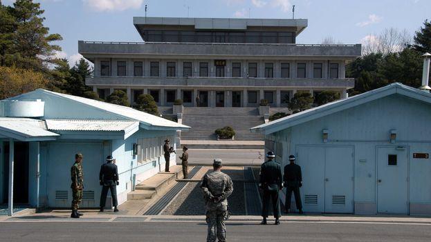 Área fronteriza de Panmunjom vista desde Corea del Sur y con la presencia de un militar estadounidense junto a las tropas surcoreanas. (Driedprawns/CC/Wikipedia)