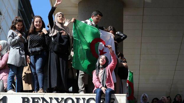 En Argel, los estudiantes universitarios se toparon con amplios cordones policiales a la céntrica calle Charasse. (EFE)