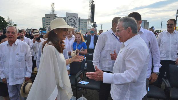 La presidenta de Argentina, Cristina Fernández, con su homólogo cubano, Raúl Castro. (Presidencia de Argentina)