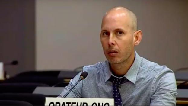 Ariel Ruiz Urquiola intenta intervenir en Naciones Unidas en medio de las constantes interrupciones de la delegación cubana.