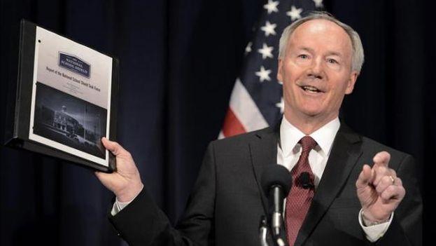 El gobernador de Arkansas, Asa Hutchinson (Foto EFE)
