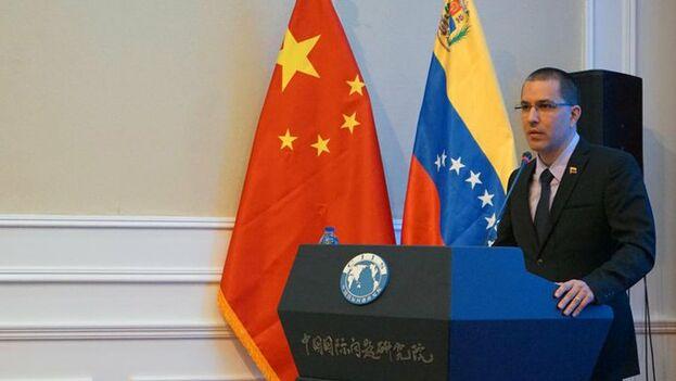 """Arreaza dijo que habló con Wang Yi de las """"similitudes"""" entre lo que sucede en Venezuela y las protestas en la ciudad semiautónoma china de Hong Kong. (CancilleríaVe)"""