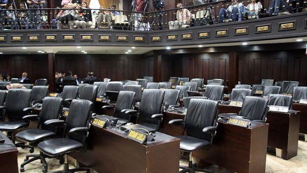 El grupo chavista abandonó la Asamblea durante el debate por considerar que la Cámara no tiene atribuciones para controlar al presidente. (@AsambleVe)