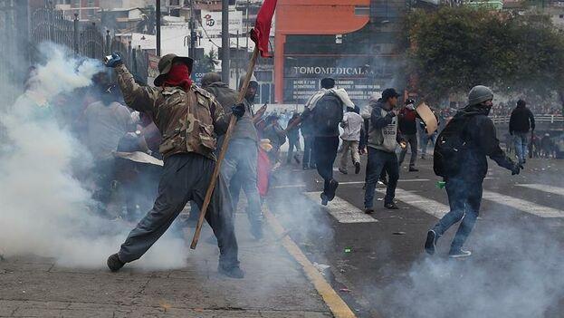 """Los manifestantes tomaron el edificio de la Asamblea Nacional de Ecuador al grito de """"¡fuera Moreno fuera!"""", tras tirar abajo las verjas de seguridad que rodaban la sede. (EFE/ José Jácome)"""