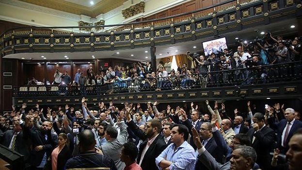 La Asamblea aprobó un Proyecto de Acuerdo en el cual se declara la existencia de una ruptura del orden constitucional y un golpe de Estado continuado. (@AsambleaVE)